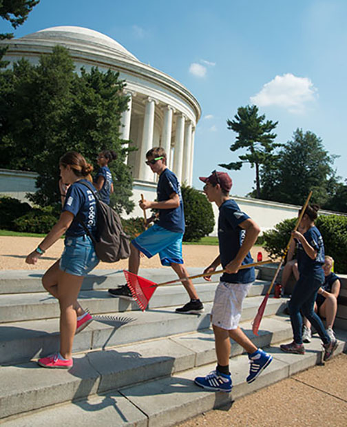 A group of students walk in front of the Jefferson Memorial in DC on their way to help with landscaping the park.