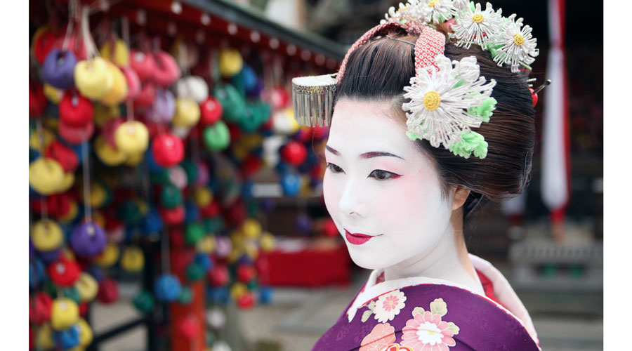 A geisha looks determinedly to her left