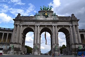 The arch of Cinquantenaire,a large public urban park in Brussels, has three large arched passeways