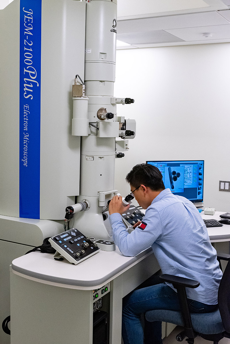 Student He Zhao uses the Transmission Electron Microscope
