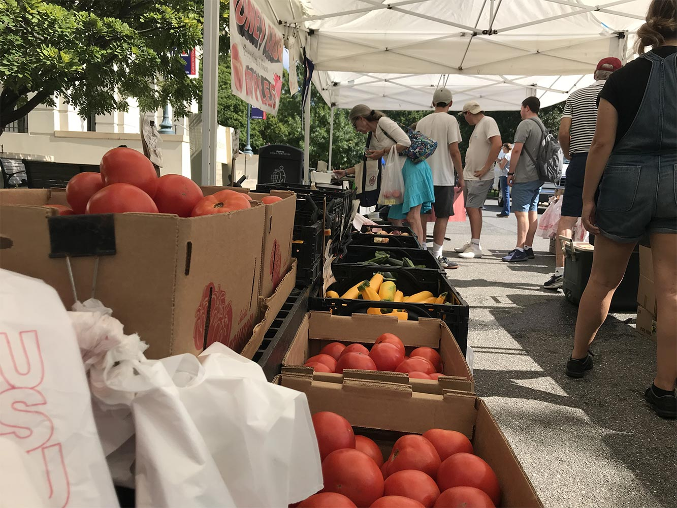The farmers' market at AU