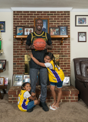 Andre Ingram with his daughters
