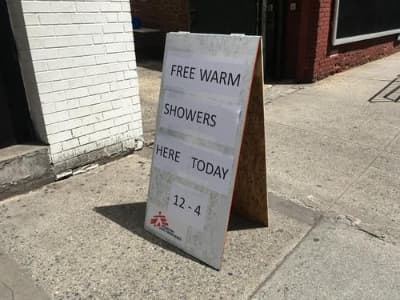 On April 22, MSF opened a shower trailer in Manhattan, offering free warm showers to the homeless and other people who currently lack access to hygiene facilities.