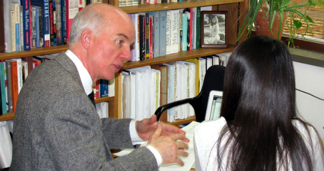 Photo of Dr. Stephen Silvia teaching a student