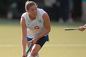 Irene Schickhardt playing field hockey