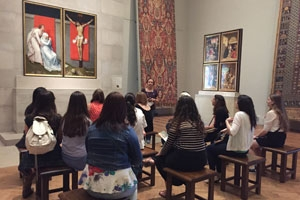 Professor Allen teaching in the Philadelphia Museum of Art