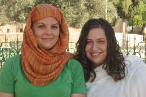 Jen Lauda (l) and Emily Siegel (r) in Jerusalem. Photo courtesy of Jen Lauda.