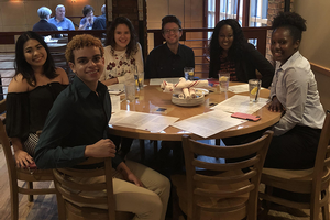 Alumna Sherry Soanes hosts dinner for five students as part of the Dinner with Alumni program.