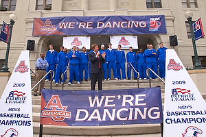 AU President Neil Kerwin sends off the men's basketball team, Mar. 17, on the steps of the Mary Graydon Center. (Photo: Jeff Watts)