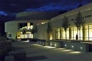 Katzen plaza at night