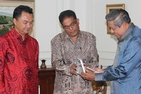 Amitav Acharya (center, with Indonesian Ambassador Dino Patti Djalal) presents his book, The Making of Southeast Asia, to Indonesian President Susilo Bambang Yudhoyono in Jakarta on January 15, 2014